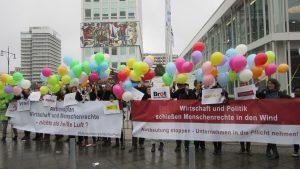 Protestaktion vor dem Tag der Deutschen Industrie des BDI für einen starken Nationalen Aktionsplan zur Umsetzung der UN-Leitprinzipien für Wirtschaft und Menschenrechte (6.10.2016, Photo: M. Reckordt)