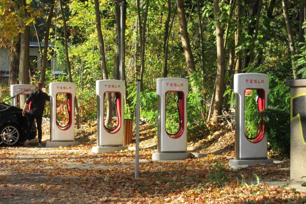 Tesla & Co.: Pioniere der Elektromobilität – und beim Rohstoffbezug Vorbilder für Nachhaltigkeit?