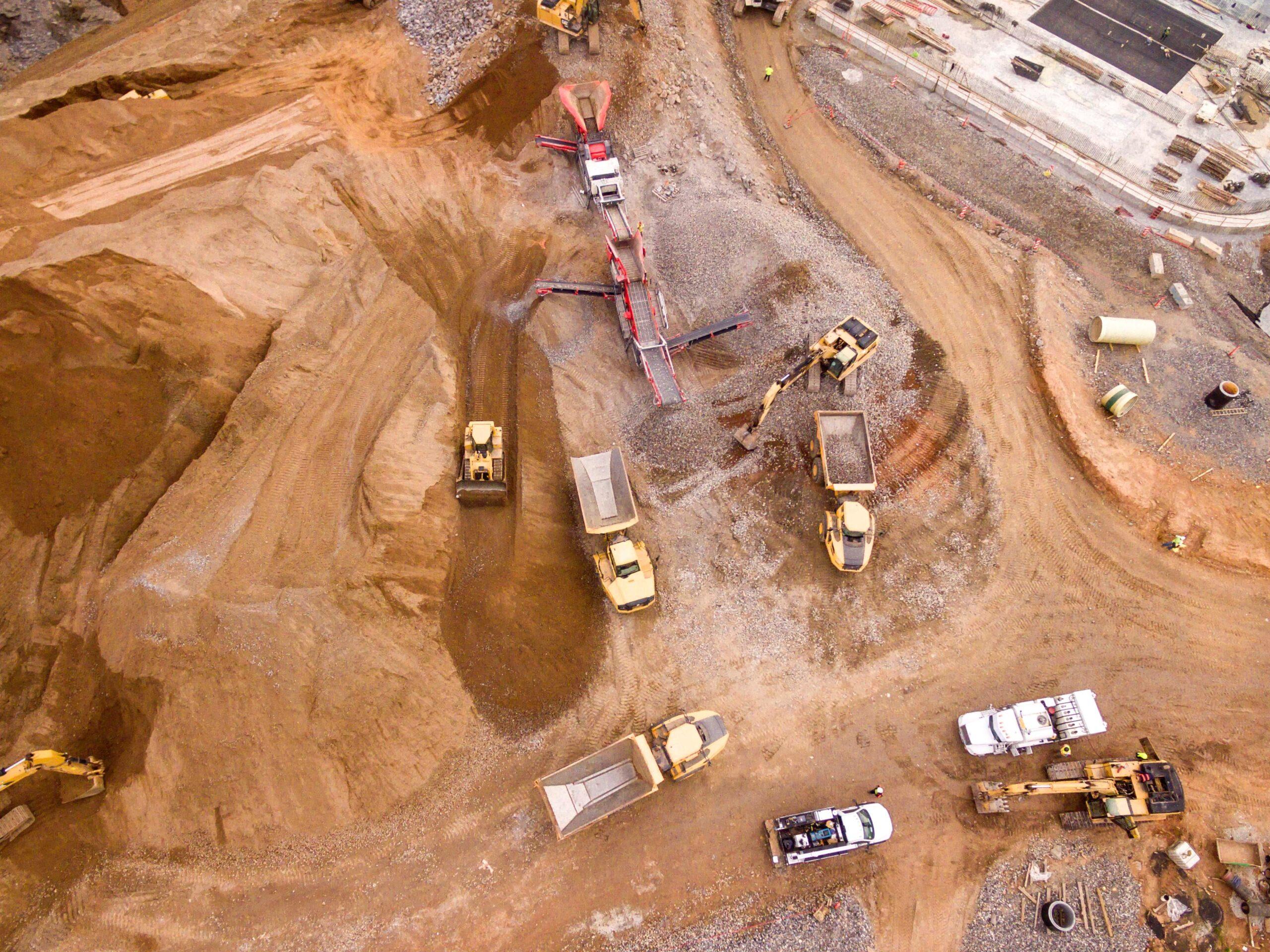 Luftaufnahme von schwerem gerät in einer Kiesgrube