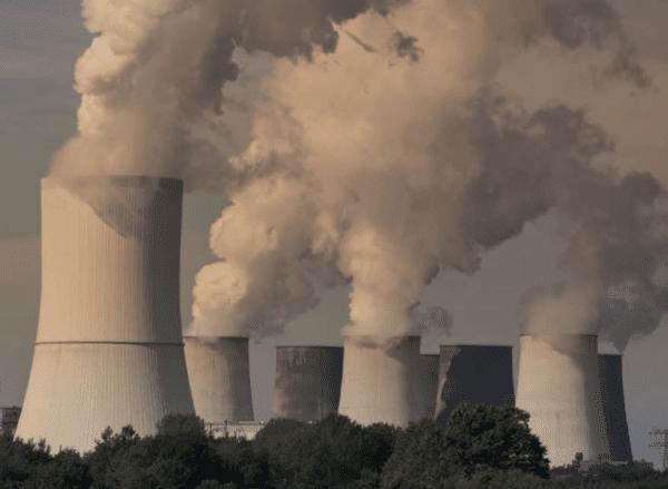 Qualmende Kühltürme eine Kohlekraftwerks
